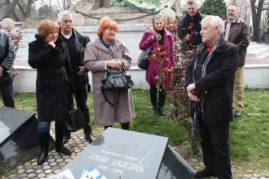 Удружење Петровчана у Београду открило надгробни споменик истакнутом српском сликару и академику Јовану Бијелићу