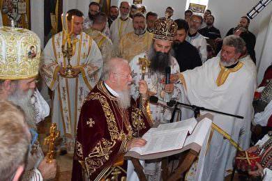 Патријарх васељенски Вартоломеј и патријарх Иринеј служили литургију у Јасеновцу