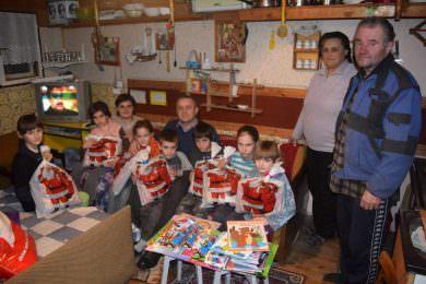Линта уручио поклоне за седмoро дјеце избјегличке породице Љиљак у селу Велики Дубочај (Гроцка)