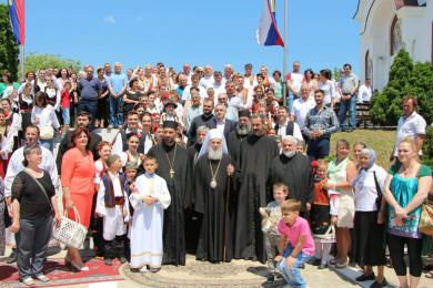 Крсна слава у Сремчици: Патријарх Иринеј служио литургију на Тројичиндан