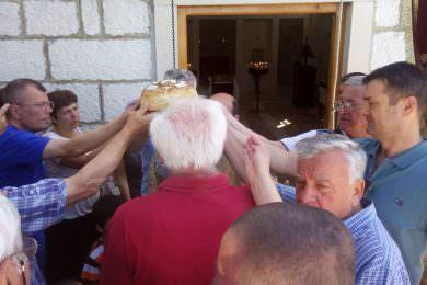 Обиљежена храмовна слава Ивањдан у селу Миочић (општина Дрниш)