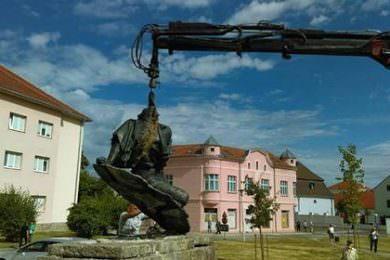 """Враћен централни антифашистички споменик """"Рањеном борцу"""" у Пакрац"""