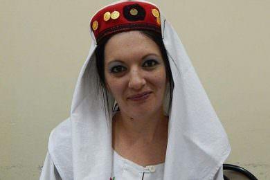 Удружење Зора из Крагујевца приредило изложбу личких рукотворина –Смиљкине личке капе и флаше буде носталгију на свим меридијанима