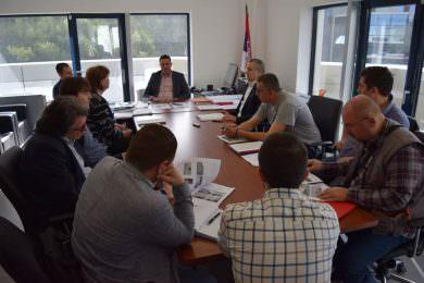 Одржан састанак код директора ЈУП-а због извођења лоших радова за изградњи монтажних кућа за избјегличке породице