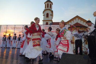"""У избјегличком насељу Бусије одржан девети фестивал фолклора """"Стазама наших предака"""""""