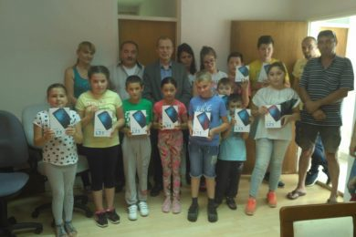 Kонзул Србије у Загребу поклонио таблет рачунаре за дјецу у Жегару код Обровца