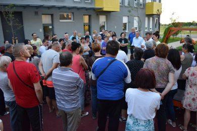 Нaродни посланик Миодраг Линта посјетио избјегличко насеље у Овчи и разговарао са породицама