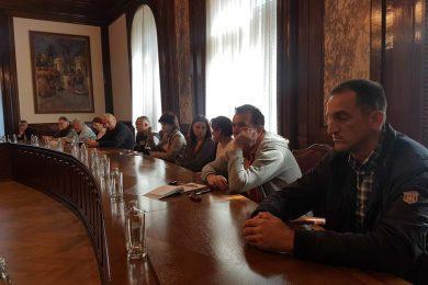 На молбу Миодрага Линте одржан састанак у Предсједништву јер 302 избјегличке породице још увијек нису добиле грађевински материјал