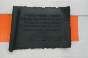 Спомен плоча на цркви у Великој Кладуши
